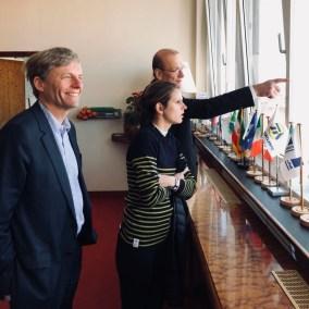 Gunther Bonz von Eurogate erklärt Marie Lebec die Aufgaben seines Unternehmens.