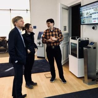 Firmengründer Günther Mull stellt Marie Lebec die Fingerscan-Experten von Dermalog vor.