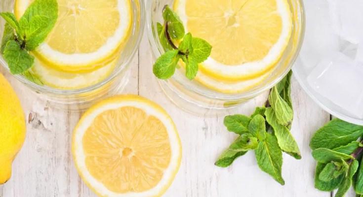 מים עם לימון בבוקר