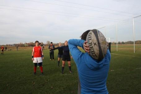Line Out: Tes wirft den Ball ein, auf dem Feld unsere Mädels