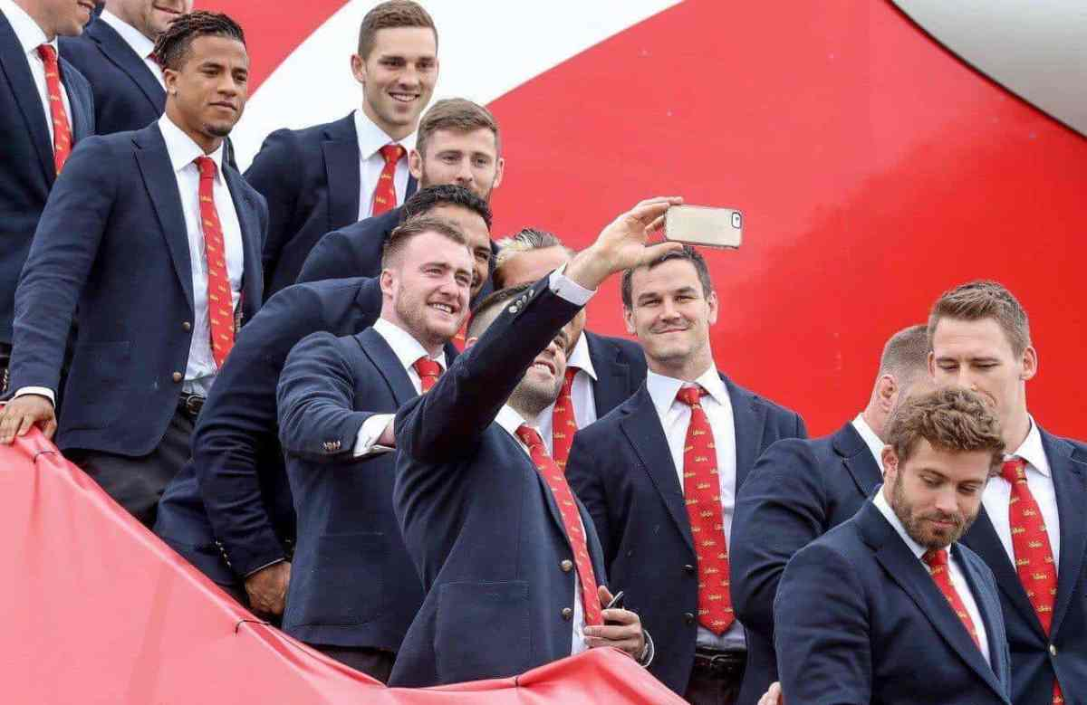 Pic: Brilliant Photobomb From Johnny Sexton As Lions Jet Off To New Zealand