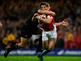 Wales' Martin Roberts (R) is tackled by New Zealand's Dan Carter (L) during their international Rugby Union match at the Millennium stadium in Cardiff, Wales, November 7, 2009. REUTERS/Phil Noble (BRITAIN SPORT RUGBY)