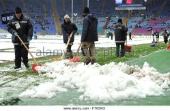 workers-remove-snow-from-the-pitch-prior-to-the-start-of-the-six-nations-ft83xg