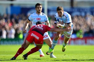 PARIS, FRANCE - APRIL 10: Johan Goosen of Racing 92 takes on Matt Giteau of Toulon during the European Rugby Champions Cup Quarter Final between Racing 92 and RC Toulon at Stade Yves Du Manoir on April 10, 2016 in Paris, France. (Photo by Dan Mullan/Getty Images)