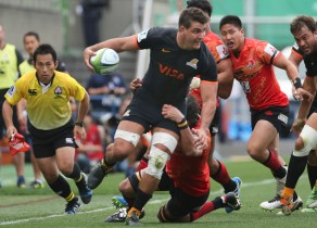 Pablo Matera of Argentina's Jaguares is tackled by Hitoshi Ono of Japan's Sunwolves during their Super Rugby match in Tokyo, Saturday, April 23, 2016. (AP Photo/Koji Sasahara)