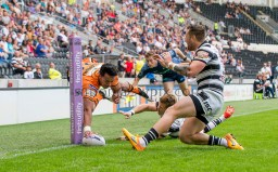 Picture by Allan McKenzie/SWpix.com - 12/07/2015 - Rugby League - First Utility Super League - Hull FC v Castleford Tigers - KC Stadium, Kingston upon Hull, England - Hull FC's Steve Michaels can't prevent Castleford's Denny Solomona from scoring a try in the corner.