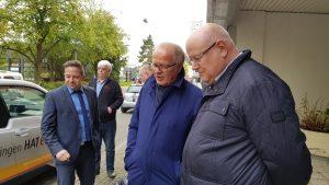 Bürgermeister Dirk Glaser und Stadtwerke-Geschäftsführer Jürgen Wille warten auf die Freigabe der Stromtankstelle für alle (Foto: RuhrkanalNEWS)