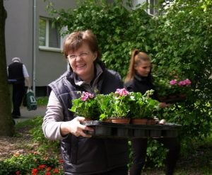 Auch die hwg Personalreferentin Heike Pfeiffer packte tatkräftig mit an (Foto: RuhrkanalNEWS)