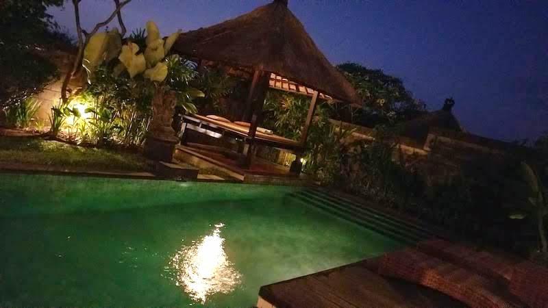 バリ島 ヴィラ プライベートプール付き 夜