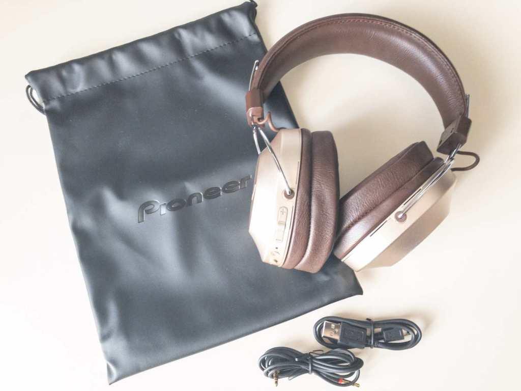 PioneerのノイズキャンセリングBluetoothヘッドホン「SE-MS9BN」の付属物