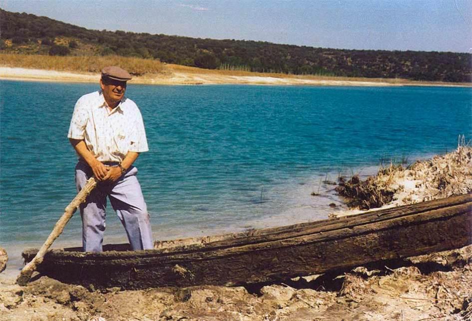 Ulpiano Calabazo en una barca de los últimos pescadores en la laguna Conceja
