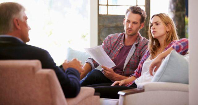 Couple At Home Meeting With Financial Advisor 000066223563 Large e1471961218121 1024x545 960x511 - Рефинансирование ипотеки  материнским капиталом