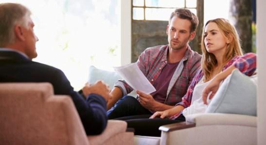 Couple At Home Meeting With Financial Advisor 000066223563 Large e1471961218121 1024x545 - Рефинансирование ипотеки  материнским капиталом
