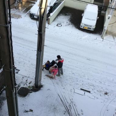 Hari ini cerah, jadi Buya dan baby Radium mengantar Incim Bayan ke sekolah. Alhamdulillah! yeayyy!