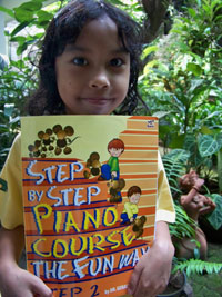 Tata dengan buku Step by Step Piano Course Level 2