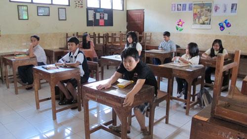 Suasana ujian di kelas