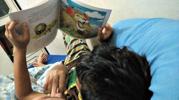 membaca buku sebelum tidur