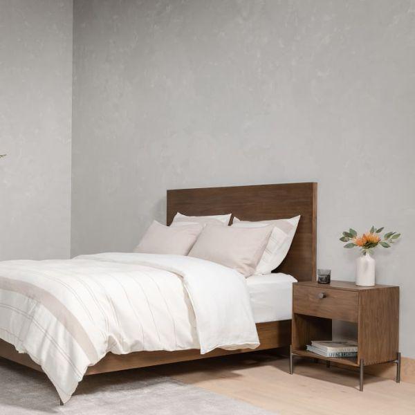 Tempat Tidur Kayu dan Besi Minimalis