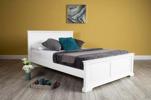 Ranjang Tidur Westcott White Queen