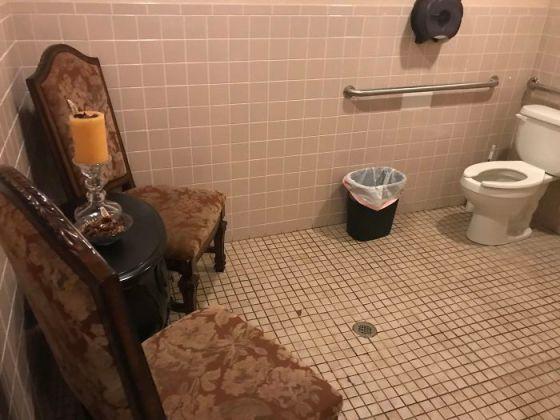Desain Toilet Ruang Tunggu 2 - 16 Contoh Kesalahan Desain Toilet yang Jadi Bahan Lelucon Seluruh Dunia