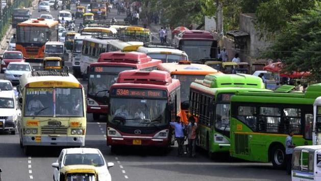 Traffic jam at the ISBT Anand Vihar Bus terminal in East Delhi. The DTC fleet has only 4,712 buses to carry 3.5 million passengers across the city, a number likely to go up if the government implements car rationing in Delhi. (Sonu Mehta/HT File Photo)