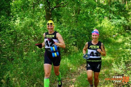 Obr.2_Neopren, plavecké brýle a packy na běžcích v lese - typický obrázek swimrunu