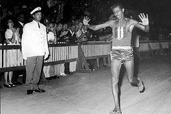 裸足のランナーアベベは、東京オリンピックでも裸足で走ったの?どんな生涯を送った?
