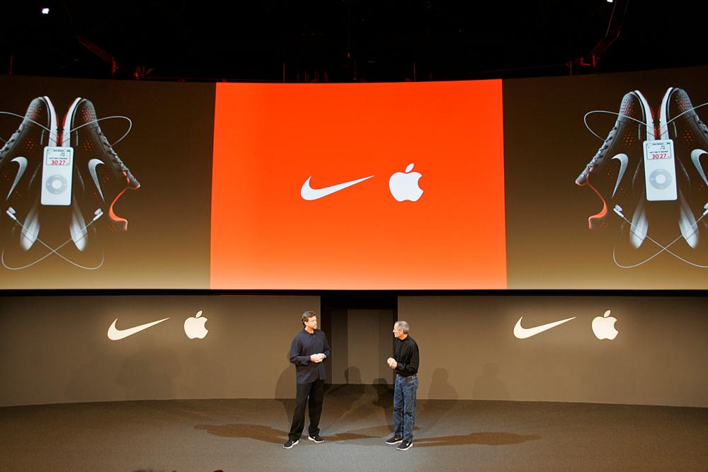 CEO Nike Марк Паркер и глава Apple Стив Джобс  презентуют Nike+iPod, 2006 год