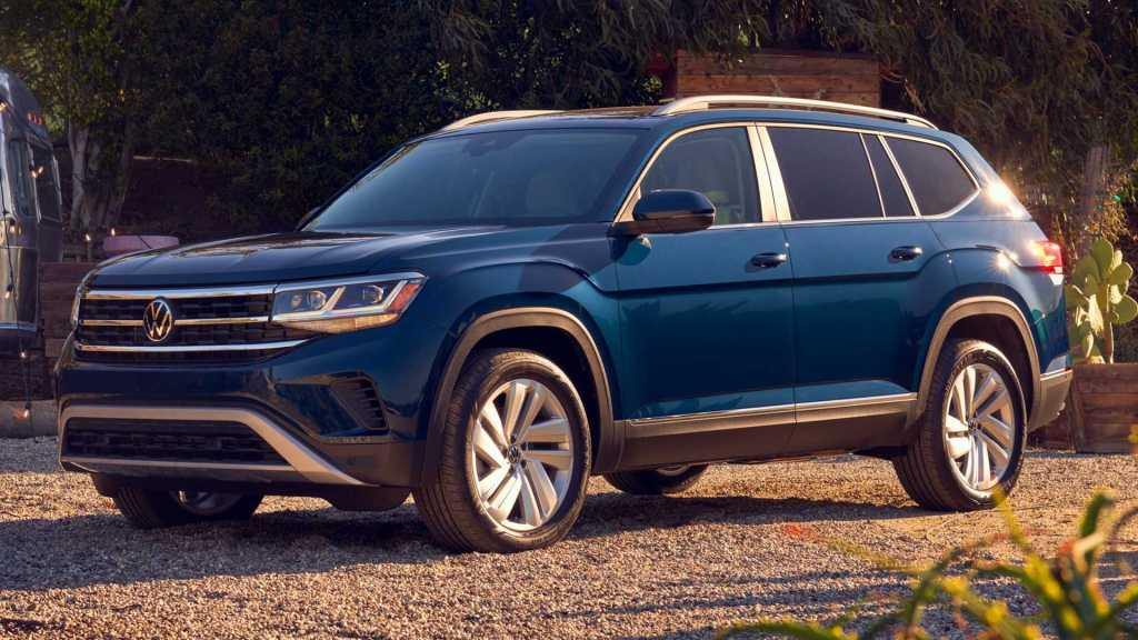 Volkswagen Atlas 2021 azul al atardecer