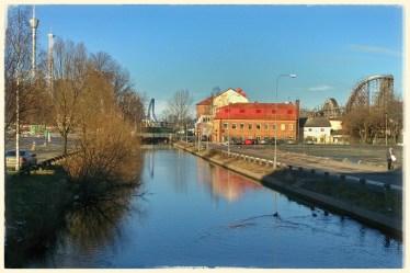 Rundqvists huset passade på att spegla sig i Mölndals ån denna rekordvarma februaridag. Foto: I.Berner