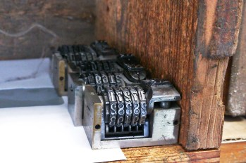 Små mekaniska räkneverk räknar upp en siffra för varje tryck.