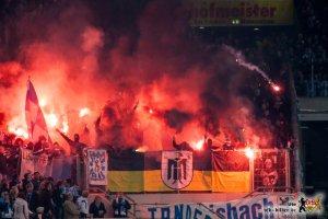 Der VfB brannte in der zweiten Halbzeit, die erste Reihe des Gästeblocks mit hirnverbrannten Flugbengalos. Bild: © VfB-Bilder.de