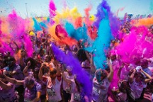 People throwing colour packets at a Run or Dye event