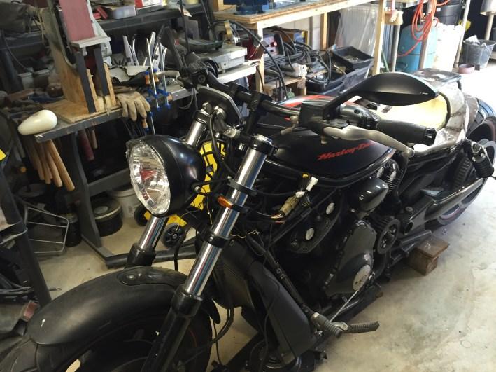 l'avant fini il ne lui reste plus que la peinture. une belle moto customisé en vue pour la réunion