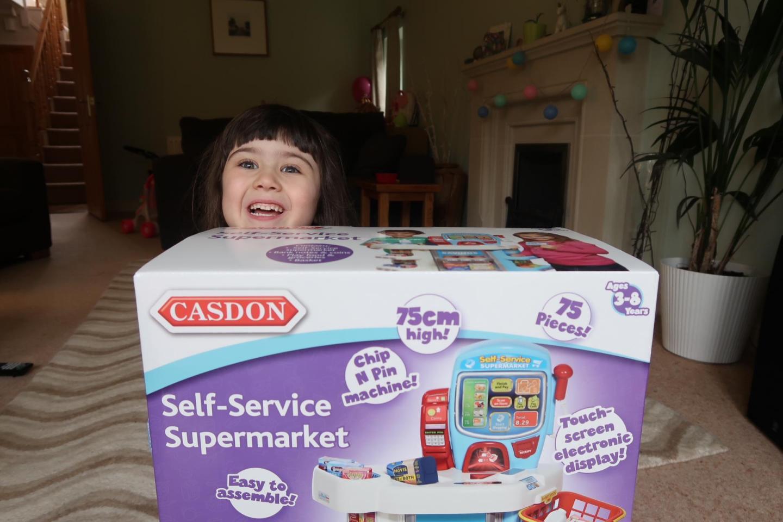 casdon self service supermarket girl with the box