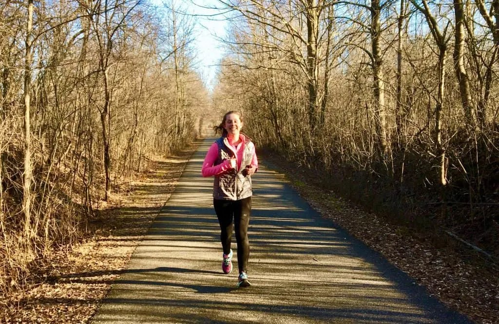 Running injuries are notorious for showing up at the most inconvenient times. Luckily, running injury prevention doesn't have to involve a great deal of time. These 6 simple habits for runners help prevent common running injuries, such as those in the knee, calf, ankle, shins, feet and so much more. Avoid running injuries once and for all by incorporating these simple habits! #runninginjuries #runninginjury #injuryprevention