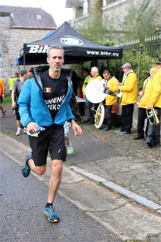 Premier ravito sans m'arrêter - crédit photo : RunningGeek.be