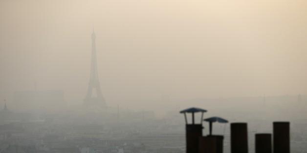 Paris sous un brouillard provoqué par la pollution