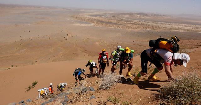 ascension d'une dune au marathon des sables