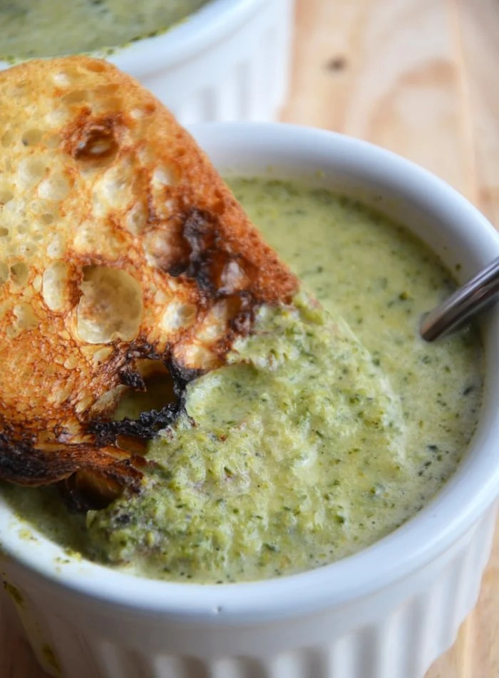 """""""Cheesy"""" Broccoli Soup: The perfect healthy comfort food! Ready in less than 30 minutes. Vegan, Gluten-Free"""