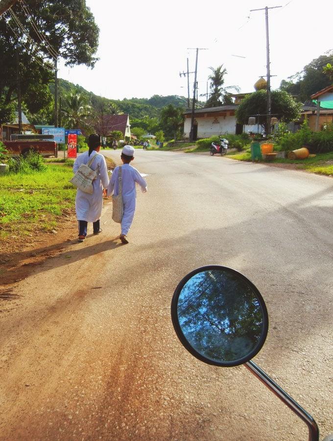 kids-walking-on-lanta