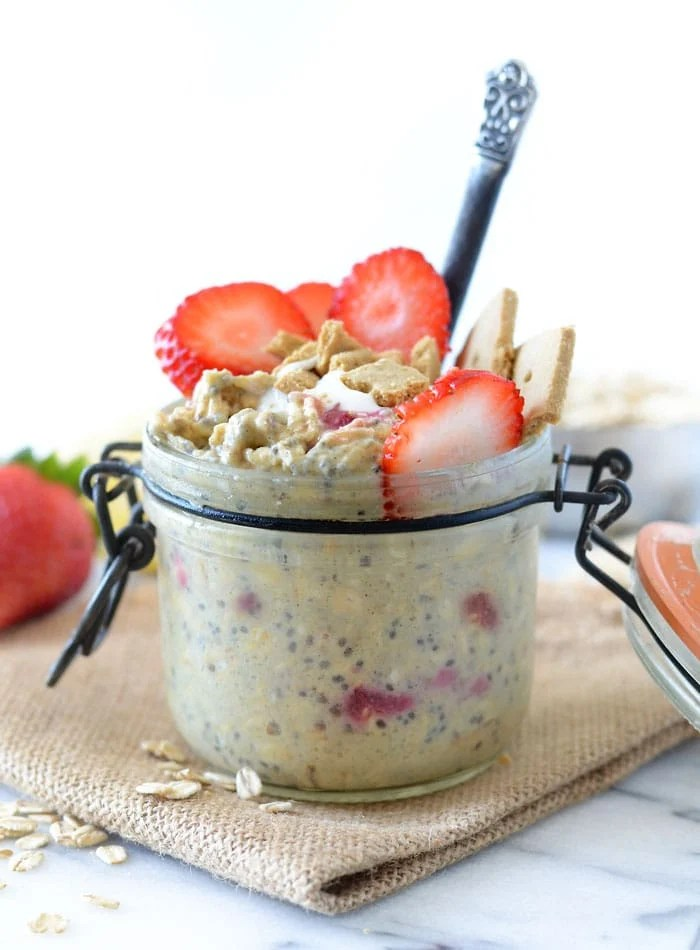Strawberry Cheesecake Overnight Protein Oats | vegan and gluten-free