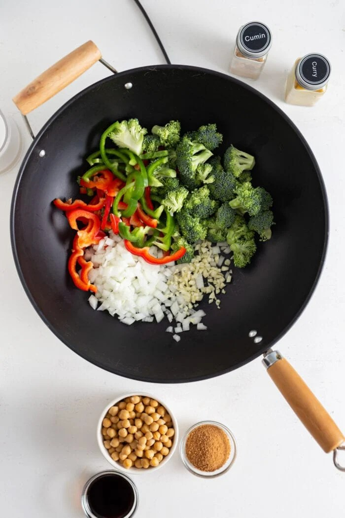 Broccoli, bell peppers, garlic and onion in a wok.
