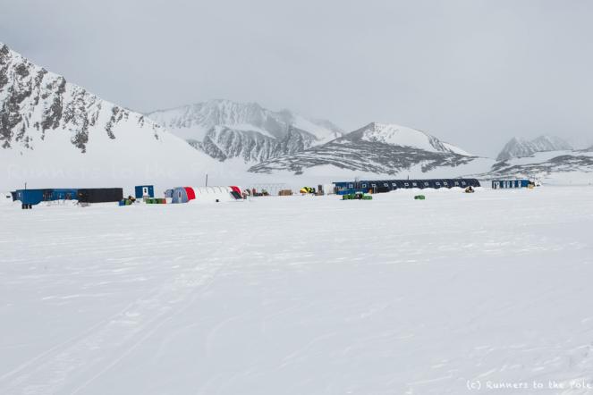Début novembre, nous arrivons en Antarctique sur la base temporaire Union Glacier, en cours d'installation pour la saison estivale. Nous finalisons la préparation de nos équipements. Dès qu'une fenêtre météo favorable se présentera, nous pourrons être déposés sur le point de départ de l'expédition - à environ 2h30 de vol de la base.