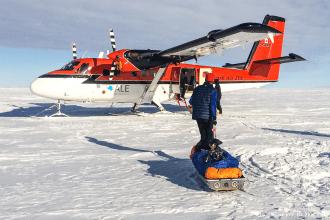 Nous ne savons pas si nous aurons la chance de revenir un jour en Antarctique, alors c'est avec beaucoup d'émotion que nous avons skié, pendant près de 16 heures, le 26 janvier, pour rejoindre la Barrière de Ronne, le terme de notre expédition. Une journée commencée dans le brouillard, avant que l'horizon ne s'éclaircisse peu à peu, au loin, très loin. Contourner les crevasses et poursuivre cette interminable descente vers l'arrivée. Le regard qui fuit, qui cherche quelques ultimes repères, et le corps qui poursuit son effort sans relâche, mécaniquement. Le GPS qui affiche les derniers kilomètres, le dernier kilomètre. Et puis déchausser une dernière fois les skis. Les regards qui se croisent, en silence. Une étreinte et des pensées qui se bousculent. Le temps qui s'arrête, le temps de l'expédition. Savourer ce moment comme tous les autres. Plus que les autres. Partir. Et puis se projeter à nouveau.