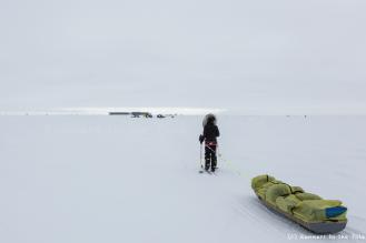 23 décembre. 40ème jour d'expédition. Après plus de 900 kilomètres parcourus depuis le départ, le pôle Sud se révèle enfin à l'horizon. Nous apercevons au loin la base Amundsen Scott