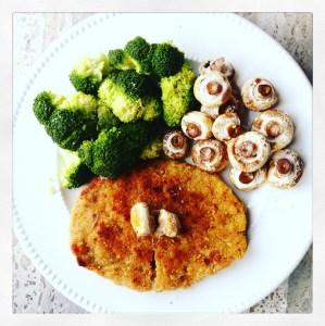 Wienerschnitzel, broccoli en gegratineerde champignons