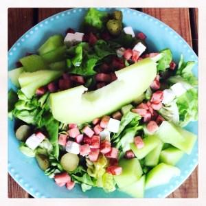 Ham en meloen salade met kaas en augurk