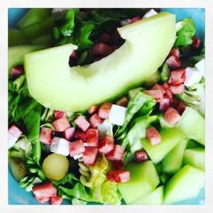 gezonde ham met meloen salade. Met augurk en kaas