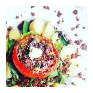 Gevulde paprika met vegetarisch gehakt, courgette, huttenkase & tomaat